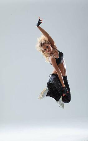 jeune femme, sauter, sur, studio, toile de fond