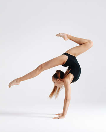 Young gymnast girl stretching and training Banque d'images