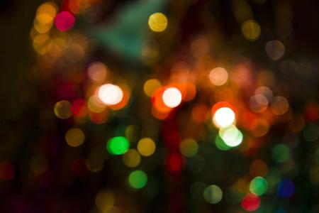 背景 - 抽象的な距離、明るいライトにきらめくクリスマス ライト