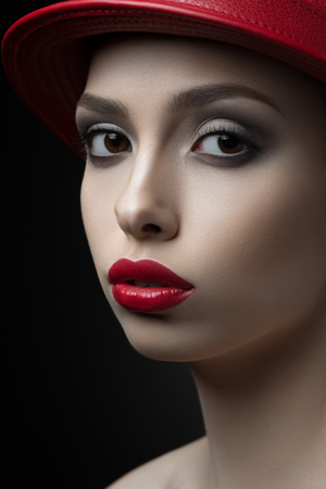 woman portrait with red lips and in a hat Imagens
