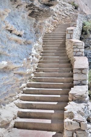 Viele Stufen einer Treppe entlang einer Klippe aus Kalkstein Standard-Bild - 10286769