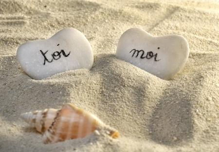 jij en ik harten van kiezelstenen in het zand Stockfoto