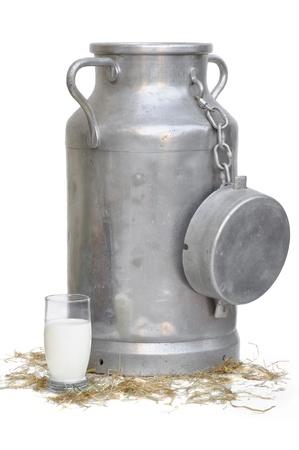 oude melk kan en een glas melk voor