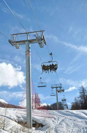Sessellifte tragen Skifahrer zu den Pisten Standard-Bild - 12732197
