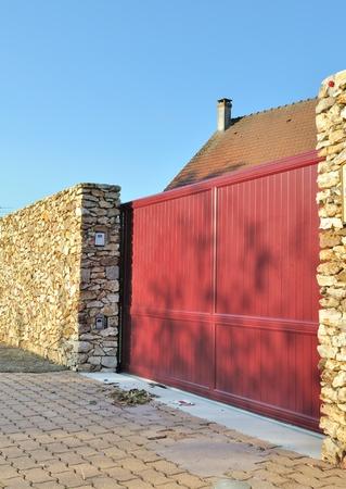 Geschlossene Schiebetor zwischen zwei Steinmauern Standard-Bild - 14170060
