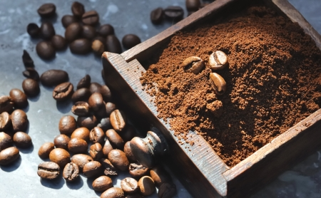 coffee beans in the coffee powder collected in the tray of a mill Фото со стока - 15060740
