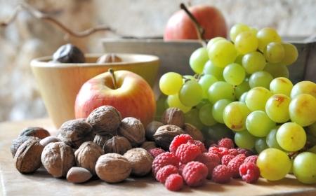 frutos secos: composici�n de bodeg�n con fruta de temporada