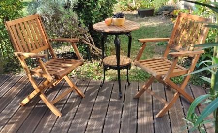 tuinmeubelen op houten terras Stockfoto