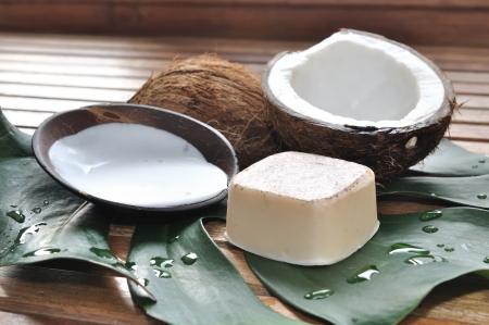 zeep en kokosmelk met kokos aangebracht op een houten pallet