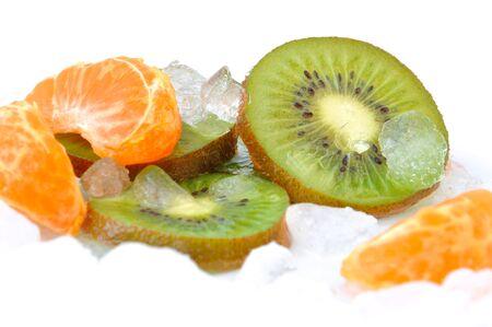crushed ice: clementine and kiwi slices on crushed ice Stock Photo
