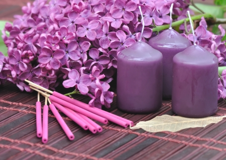 Verziert mit Blüten von Flieder lila, Kerzen und encense zum Entspannen Standard-Bild - 19747482
