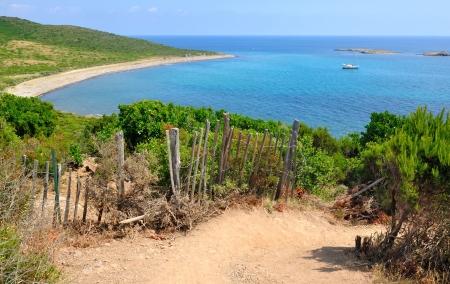 Landschaft von Meer auf einem Weg in der korsischen Macchia Standard-Bild - 21696300