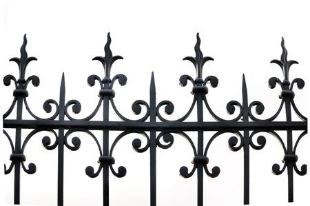 puertas de hierro: parte de una valla de hierro forjado en el fondo blanco Foto de archivo