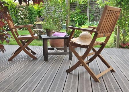 stoelen en tafel op houten terrrace