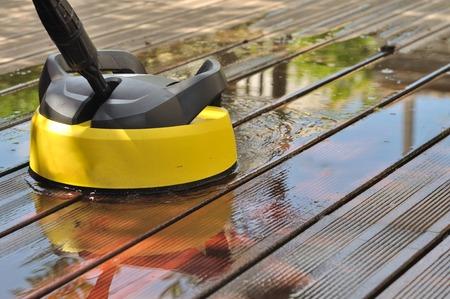 Hochdruck-Waschanlage mit Pinsel auf Holzterrasse Standard-Bild - 28931475