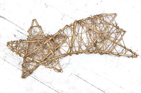 etoiles filante: Wicker tir Golden Star sur fond blanc bois Banque d'images