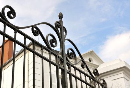 detalles de un negro puerta de hierro forjado en frente de la casa