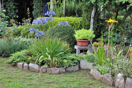 鍋と花壇のボーダー ガーデン