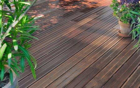 houten terras in de tuin na het schoonmaken