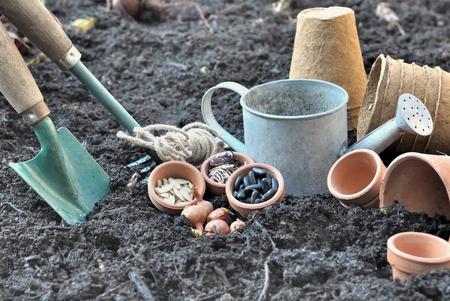 siembra: semillas en una olla con herramientas de jardiner�a colocados en el suelo para la siembra