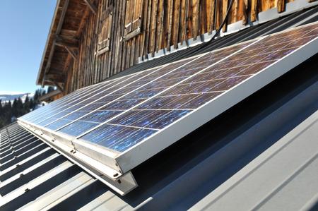 Zonnepanelen op het dak van een zink berghut Stockfoto