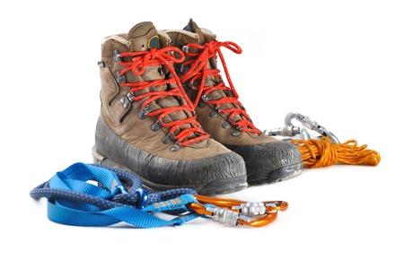 wandelschoenen en alpinisme apparatuur op een witte achtergrond Stockfoto