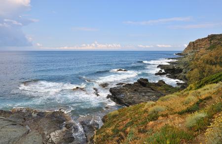 mare agitato: costa selvaggia di Cap Corse con mare mosso