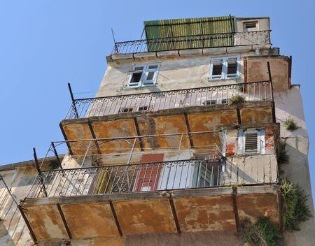 오래 된 건물의 발코니와 외관 스톡 콘텐츠