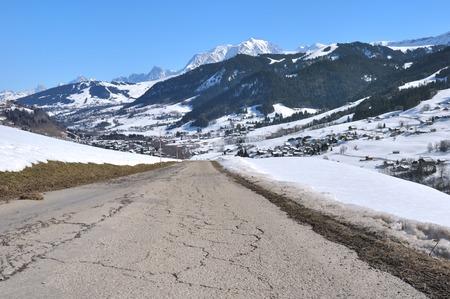 Montage: Montagestra�e in Richtung eines Dorfes im Tal Mont Blanc