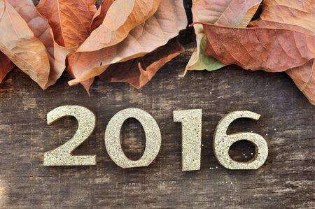dode bladeren: 2016 gouden cijfers hout bekleed met dode bladeren