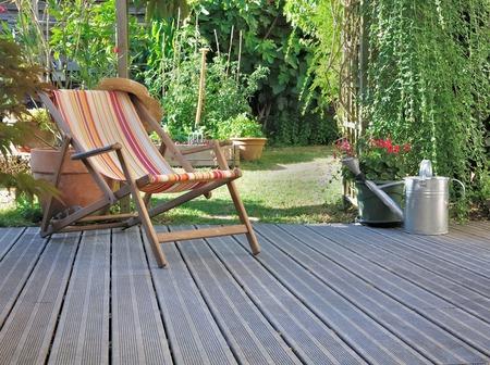lounge stoel op houten terras in de tuin