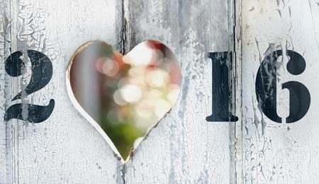 2016 op een deur met hartvormige gat