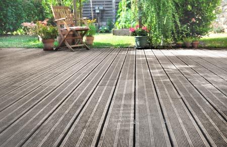 latten van een houten terras met uitzicht op de tuin