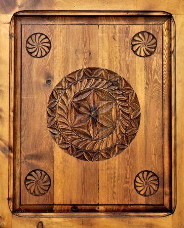 escarapelas: rosetas talladas en el panel de madera Foto de archivo