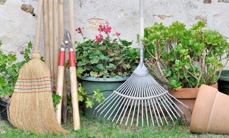 tuingereedschap en bloempotten in de tuin