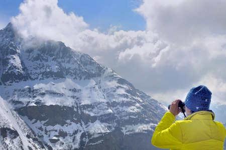 hiker watching the mountain with binoculars 版權商用圖片