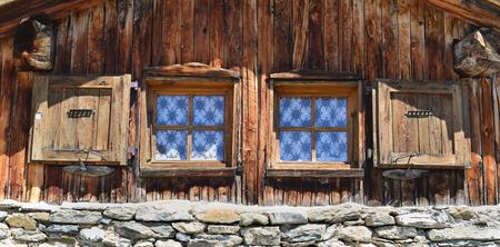 chiudere su due finestrelle su una facciata di uno chalet di montagna