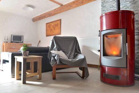poêle à granulés rouge dans un salon