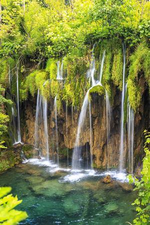 Gros plan de cascades bleues dans une forêt verte pendant la journée en été. Lacs de Plitvice, Croatie