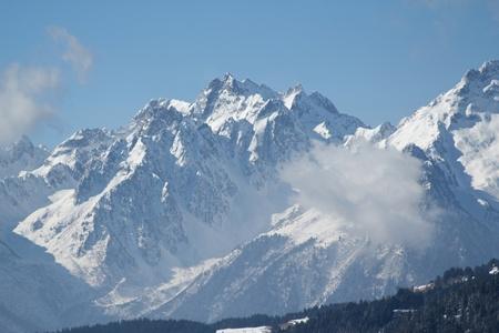 montañas nevadas: Vistas a la montaña con nubes y un poco de nieve Foto de archivo