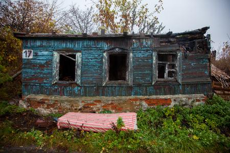 façade de l'ancien bâtiment effondrement russe maison paysanne