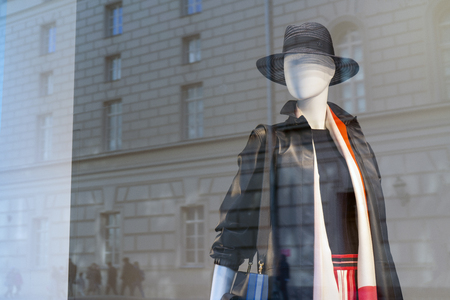 Mannequin in the shop window behind the glass. Banque d'images