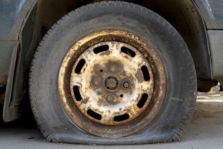 Vieille voiture à crevaison. Banque d'images