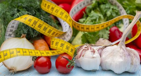 Measuring tape for measuring the circumference. Vegetables for diet cooking. Banco de Imagens - 124963673