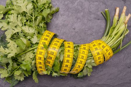 Measuring tape for measuring the circumference. Vegetables for diet cooking. Banco de Imagens - 124963679