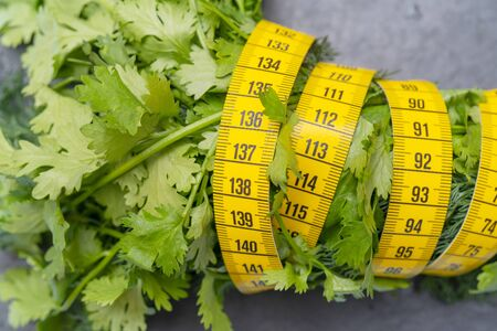 Measuring tape for measuring the circumference. Vegetables for diet cooking. Banco de Imagens - 124963684