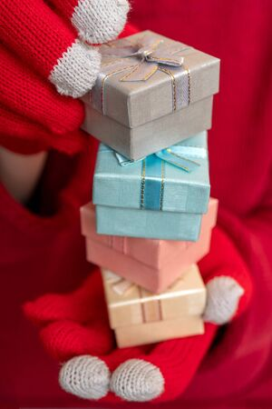 Christmas gift box. Festive composition. Red background. Banco de Imagens
