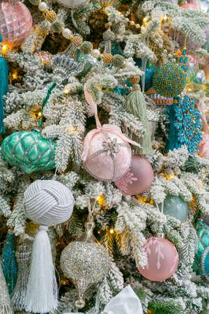A festively decorated Christmas tree. Bright festive background. Foto de archivo