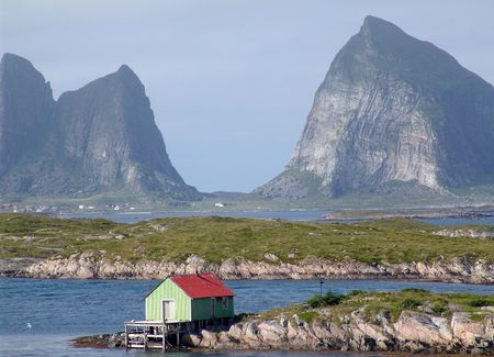 norge:  Mountain in the sea.