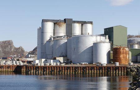 evaporarse: F�brica del aceite de los pescados. Foto de archivo